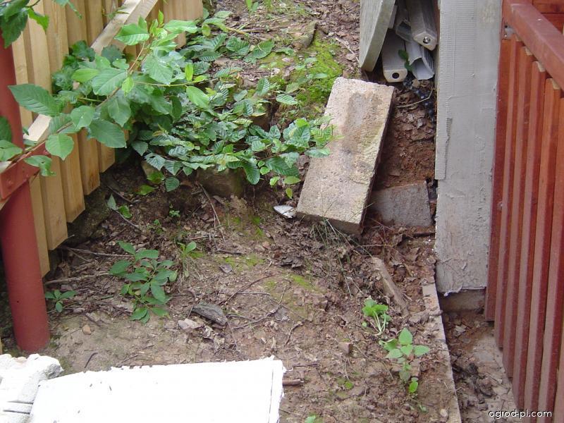 Prostor mezi plotem a pergolou